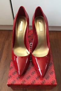 Guess Pointed Pumps