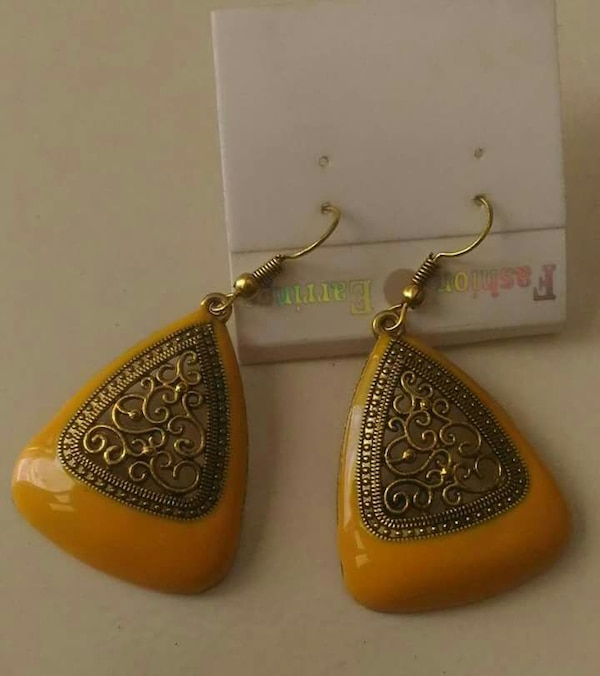 pair of gold foliage and brown drop hook earrings