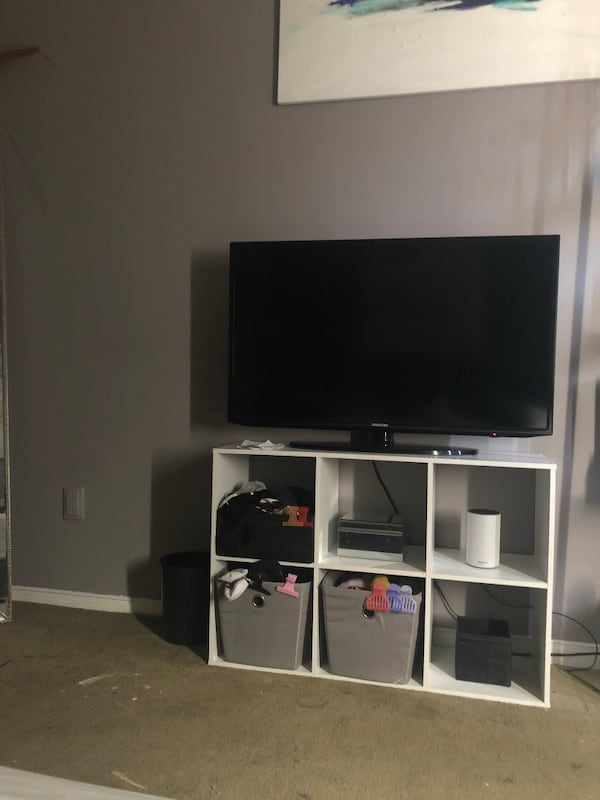 White Shelf / TV Stand 82a830ef-6ddb-46f5-9a07-e515fa2f252b
