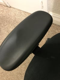 Office chair - slight crack in right arm rest Toronto, M3H 1Y8