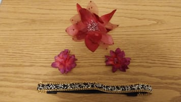 Must go! Flower hair clips, pin, & headband. Good condition. Located in Simcoe. Pickup only.