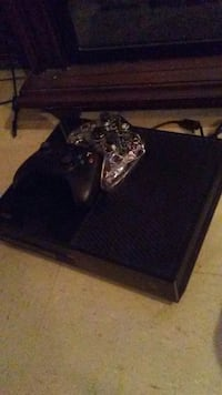 Xbox one with 2 controllers Dayton