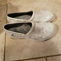 Size 8pair of white-and-grey paisley leather clogs Xenia, 45385