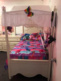 Two twin size girls beds New York, 11414