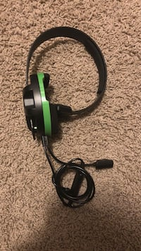 Black and green corded headset 999 mi