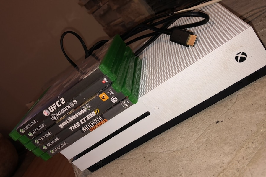 Photo Xbox one plus 5 games and power cords