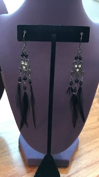 Pair of pretty ! silver-and-black Feathered earrings Gainesville, 20155