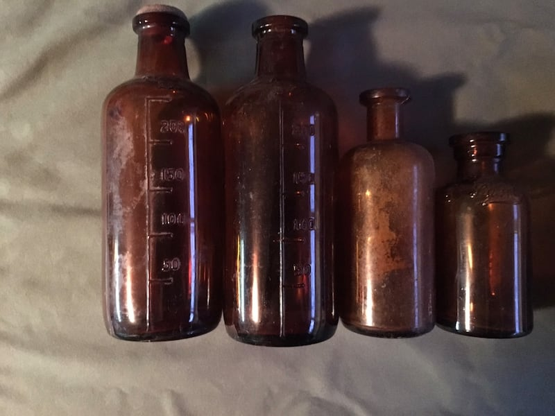Eight antique amber apothecary bottles, various sizes. Price reduced for last time   c2599cdf-0e8b-4cf9-8db7-aed19272ec79