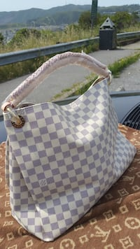 Louis Vuitton New Damier Azur Artsy MM handbag. It comes with dustbag. Price reduced from $175 to $150 this weekend only 12/28- 12:30 Authentic one is $1699 Brentwood, 94513