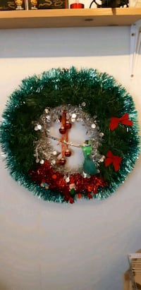 green and red Christmas wreath 506 km