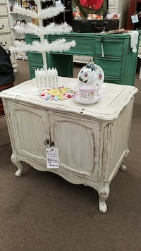 White Distressed Side Table Mesa