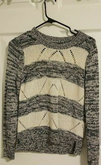 gray and white knit crew-neck sweater Calgary, T3H 0B1