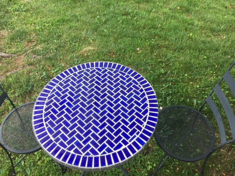 Outdoor table with 2 chars 1808245d-83ac-41fd-8935-925ca607053b
