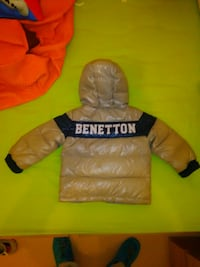 sudadera con capucha de color beige y negro de United Colors Of Benetton