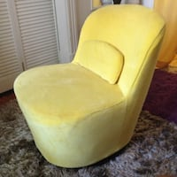 BEAUTIFUL Yellow (jaune) rotating chair -cover can be easily removed and washed $100 NON-NEGOTIABLE Montreal, QC, Canada