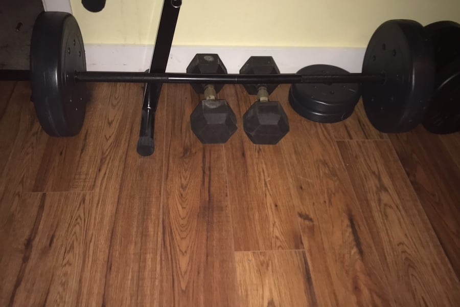 Bench press and weight set f5681580-de9e-4cfc-8d61-9be553f1cac9