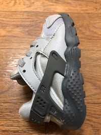 Pair of Toddler Gray Nike Huarache Size 5c 59 km