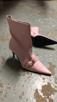 women's pair of pink leather pumps Toronto, M1K 4B7