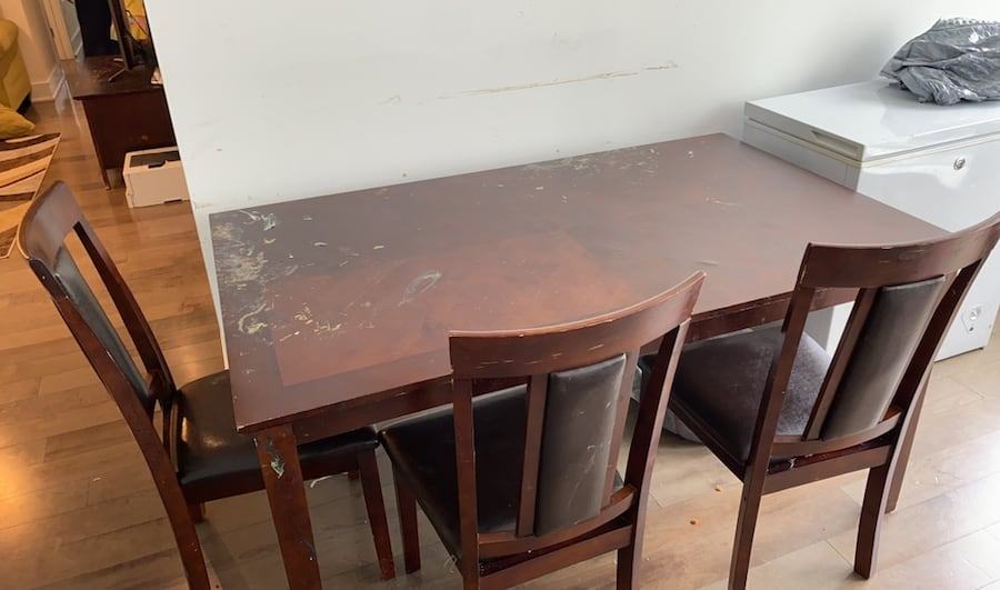 Dining table with 5 chairs 25932814-0bc1-4691-88e4-73ac31fcd74b