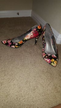 pair of red-and-black floral pumps Pflugerville, 78660