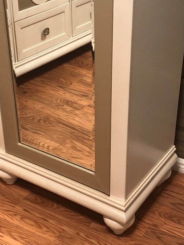 Armoire with mirror f1e7c233-7b1a-46fb-93a1-514930d7f930