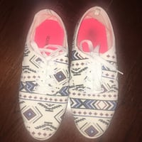 Size 7 tribal print sneakers  Mississauga, L5M