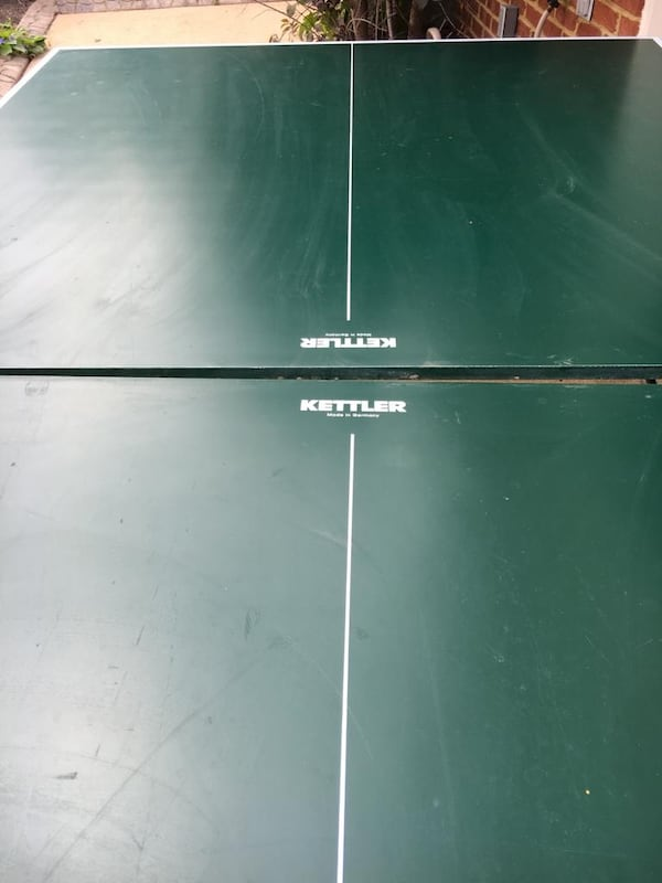 Ping pong table with Net Paddles and balls 261087b4-b84d-4a43-971d-59454445cc11