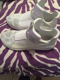 Pair of white nike low-top sneakers Gulfport, 39501