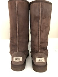 UGG CLASSIC TALL BOOT size Youth 4