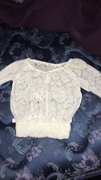 white lace scoop-neck long-sleeved blouse London, N5Z 3Z6