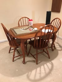 Wood table with four chairs in very good condition Brandywine, 20613