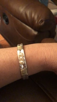 Silvertone cuff with saltwater pearls 1293 mi