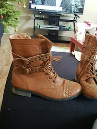 pair of brown leather boots 2657 km