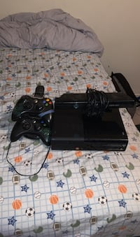 Xbox 360 with 2 controller and a Kinect Waterloo, N2L 5A7