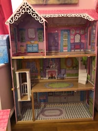 Brown and pink doll house Long Beach, 90815
