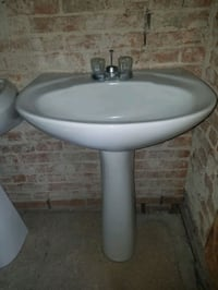 White Vitreous China Pedestal Sink Combo With Fauc Severn, 21144