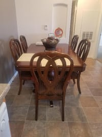 Large 6 piece dining table with extender. Like New