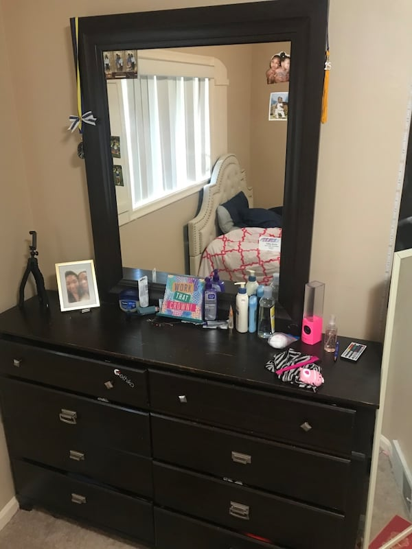 3 pieces Drawer + Dresser + Mirror,  Must Sell 22928396-16b0-4e50-87c8-8ee6e1225057