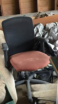 brown and black rolling armchair