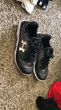 under armor tennis shoes. small hole in back heel Lincoln, 68522