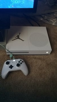 white Xbox One console with controller Suitland, 20746
