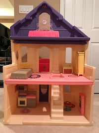 Step 2 doll house (3.5 ft tall) 559 km