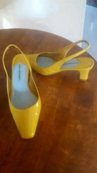 pair of yellow leather pointed-toe pumps Hamilton