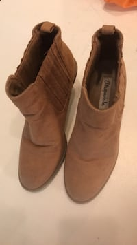 pair of brown suede boots in good condition Richmond Hill, L4C 6C2