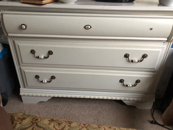 White wooden 3-drawer chest