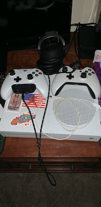 white Xbox One with controllers 42 km