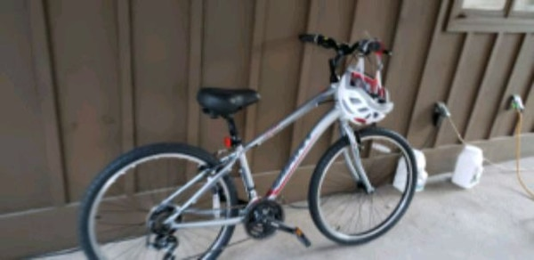 black and gray hardtail mountain bike e8ceeb32-89de-4f79-bb87-b3065f022d79