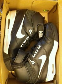 Chaussures montantes noires et blanches Nike