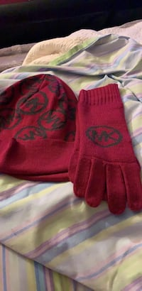 Michael kors fushia and black signature hat and glove set Waldorf, 20601