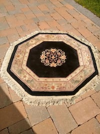 Elegant 8 sided Oriental area rug approx 4'x4'   . Richmond Hill, L4C 7W3